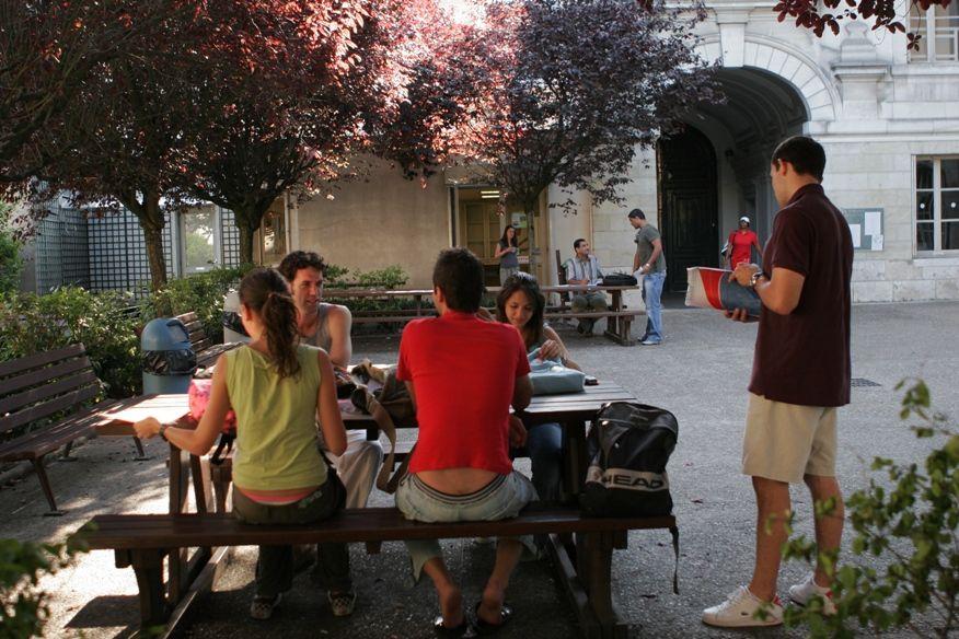academia frances tours patio - Tours