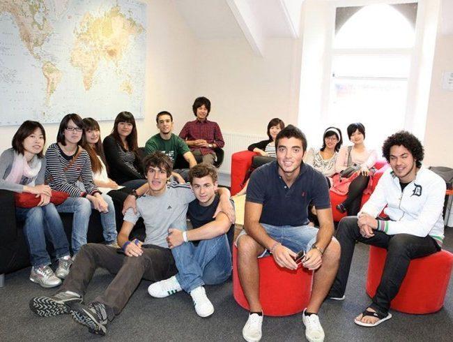 estudiantes en Cardiff